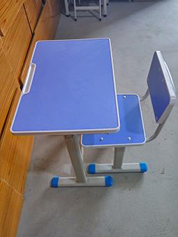 彩色辅导班书桌椅